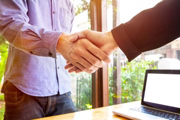 duas pessoas apertando as mãos, representando consentimento